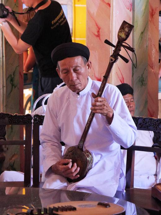 Die Musik ist eigentümlich, die Instrumente alte vietnamesische Saiteninstrumente, Tay Ninh, Vietnam (Foto Jörg Schwarz)