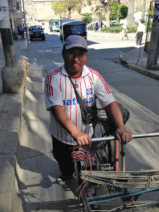 Nur einer von drei Rauten-Trägern, die uns an einem Tag in Caraz begegnet sind..., Caraz, Peru (Foto Jörg Schwarz)