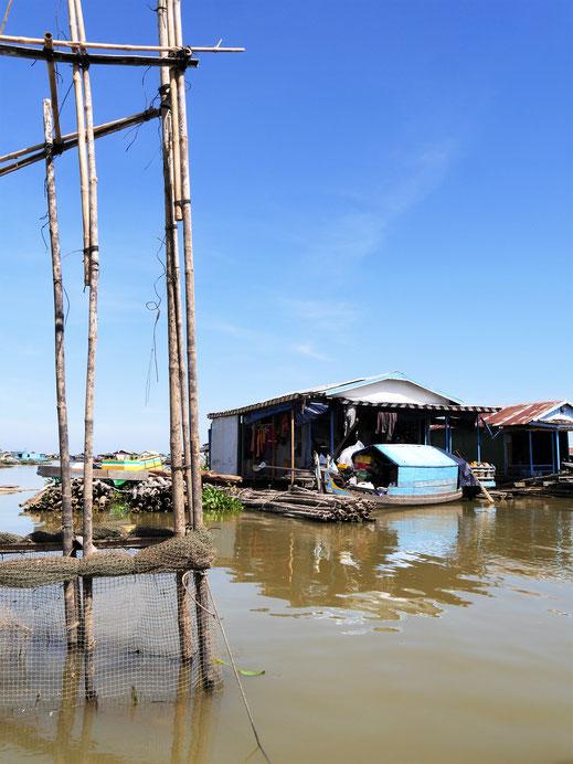In den Schwimmenden Dörfern wird gelebt, gearbeitet und Fisch gezüchtet... Kompong Chhnang, Kambodscha (Foto Jörg Schwarz)