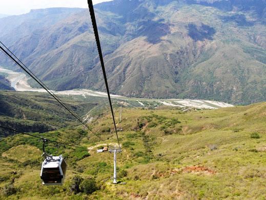 Bequem mit der Seilbahn hinab und auf der anderen Seite wieder hinauf fahren... Aratoca, Kolumbien (Foto Jörg Schwarz)
