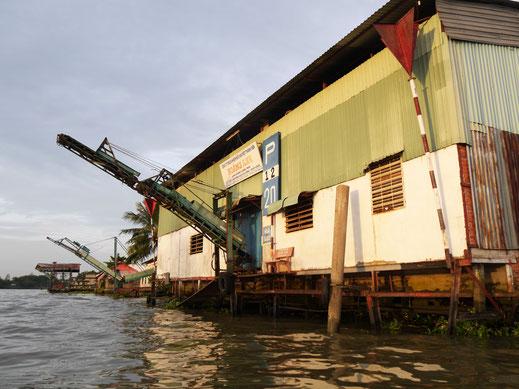 Schiffswerften und alle möglichen Verladehallen am Rande des Bassac, Can Tho, Vietnam (Foto Jörg Schwarz)