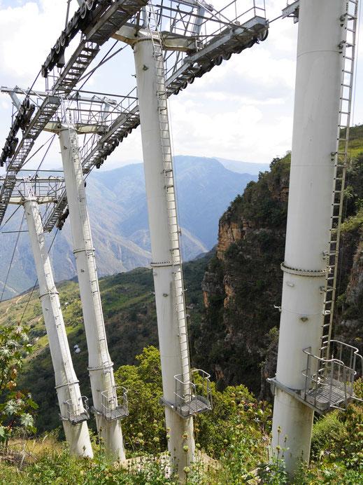 Beeindruckendes Stahlkonstrukt - hoffentlich hält's... NP Chicamocha, Kolumbien (Foto Jörg Schwarz)