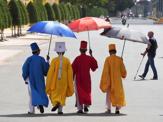 Die höchsten Würdenträger der Cao Dai-Religion in ihren symbolischen Farben: Rot (Konfuzianismus = Mut), Blau (Taoismus = Freiheit), Gelb (Liebe = Gelb), Tay Ninh, Vietnam (Foto Jörg Schwarz)