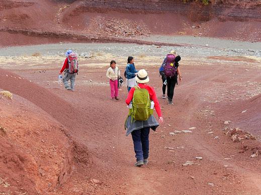 Einheimische Kinder versuchen ein paar Bolivianos zu machen, Crater Maragua, Bolivien (Foto Jörg Schwarz)
