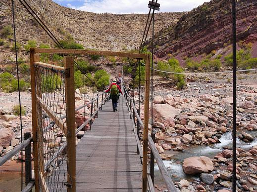 Trotz wenig Wassers: Das riesige Flussbett muss über eine Hängebrücke überquert werden, Chaunaca, Bolivien (Foto Jörg Schwarz)