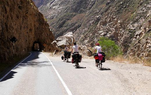 Nicht ungefährlich für Radfahrer aber ganz sicher mit besten Ausblicken und Verweilmöglichkeiten... Canon del Pato, Peru (Foto Jörg Schwarz)