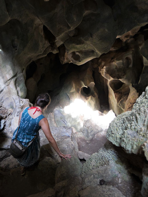 Kraxeln in der Chhnork-Höhle... Bei Kampot, Kambodscha (Foto Jörg Schwarz)
