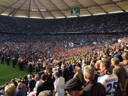 Siegesfeier am Ende des letzten Spieltages der 54. Bundesligasaison - Der HSV ist auch 2017/18 wieder dabei! (Foto Jörg Schwarz)