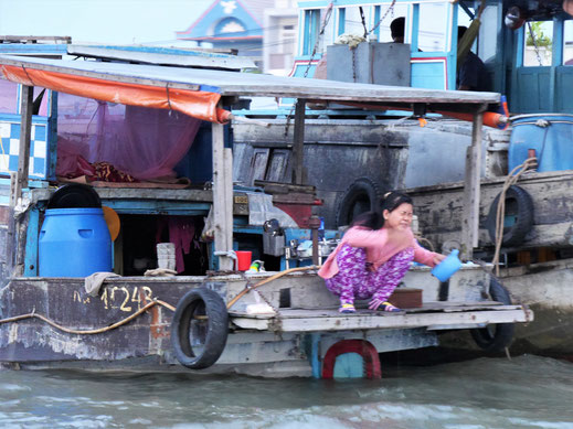 Morgenwäsche auf dem Schiff - zugleich Hausboot, Can Tho, Vietnam (Foto Jörg Schwarz)