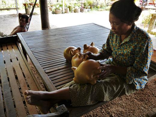 Auch Sparschweine verkaufen sich hier gut... Kompong Chhnang, Kambodscha (Foto Jörg Schwarz)
