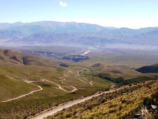 Der Blick zurück von 4500m Höhe auf Humahuaca (Foto Jörg Schwarz)