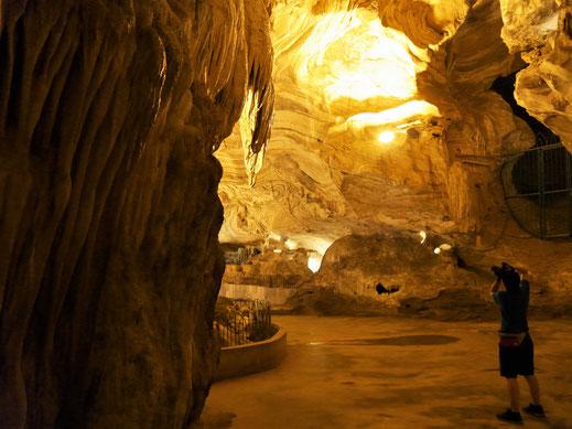Effektvoll beleuchtet glänzt die Tropfsteinhöhle mit samt ihren Stalaktiten eindrucksvoll, Ipoh, Malaysia (Foto Jörg Schwarz)