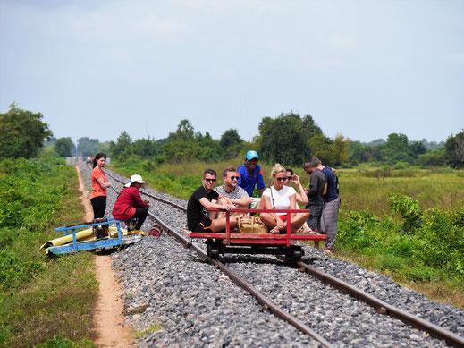 Mal erwischt es die einen, mal die anderen: Die Vorfahrtsregel der Bambuslinie! Bei Battambang, Kambodscha (Foto Jörg Schwarz)