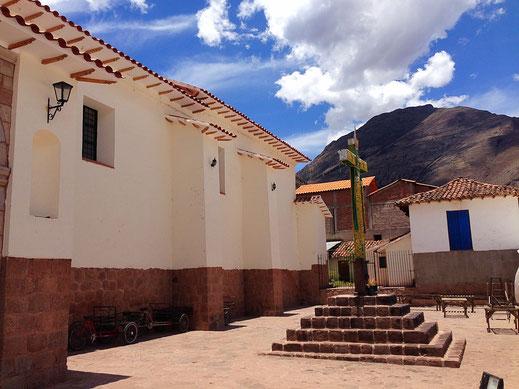 An der Kirche in Pisac, Peru (Foto Jörg Schwarz)