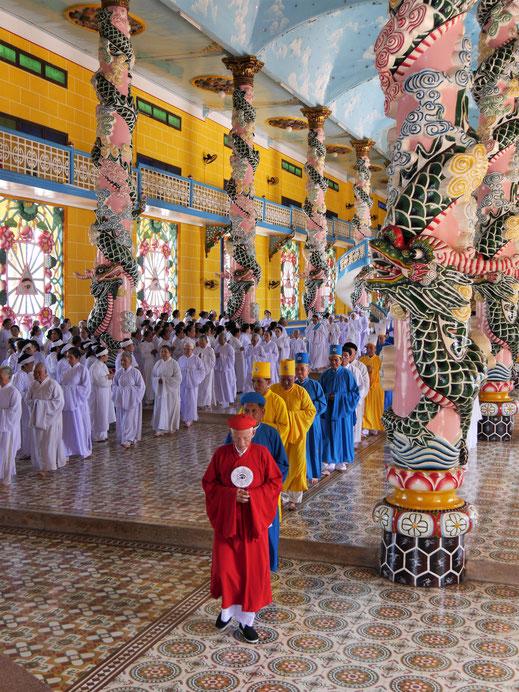 Wir werden Zeugen einer heute - an Weihnachten - besonderen Zeremonie, die weit über eine Stunde anhält... Tay Ninh, Vietnam (Foto Jörg Schwarz)