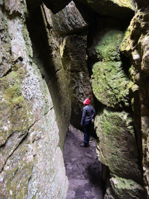 Eine Trekkingtour hier führt auch durch Tunnel oder Felsspalten hindurch... páramo de Ocetá, bei Mongui, Kolumbien  (Foto Jörg Schwarz)