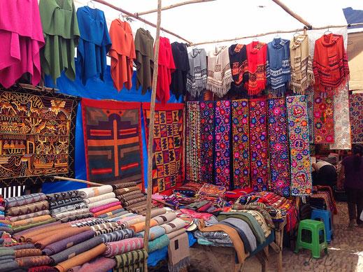 Die Märkte im Heiligen Tal sind voll mit wundervoll bunten Mustern und Textilien... Pisac, Peru (Foto Jörg Schwarz)