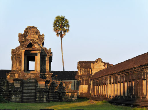 Eine der Bobliotheken im frühen Morgenlicht, Angkor Wat, Kambodscha (Foto Jörg Schwarz)