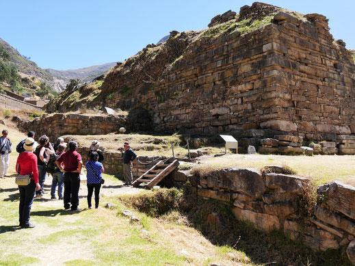 Schön zuhören, hier gibt's Geschichte! Chavín de Huántar, Peru (Foto Jörg Schwarz)