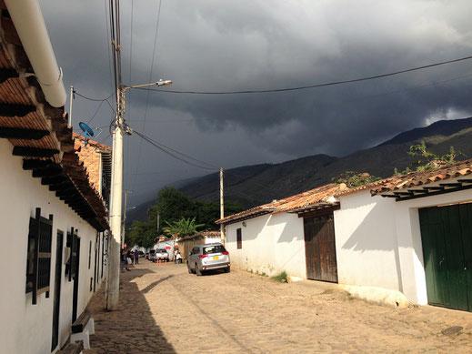 Es braut sich über den wundervollen Gassen mal wieder etwas zusammen... Villa de Leyva, Kolumbien (Foto Jörg Schwarz)