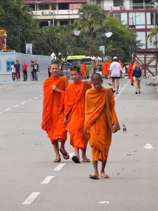Überall in der Stadt sehr präsent: Buddhistische Mönche, Phnom Penh, Kambodscha (Foto Jörg Schwarz)