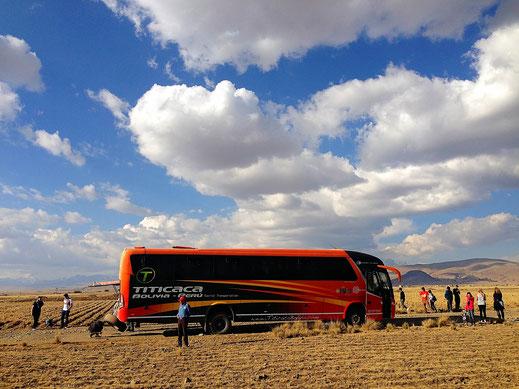 Die erzwungene Plattenpause kurz vor El Alto, Bolivien (Foto Jörg Schwarz)