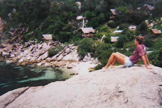 1995: Blick von der kleinen Landzunge auf die Bucht von Laem Thian und die Bungalows am Rande des Dschungels, Laem Thian, Koh Tao, Thailand (Foto Jörg Schwarz)