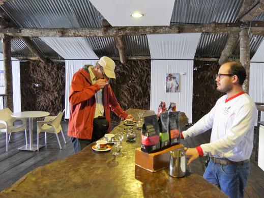 Erst mal Gerüche und Geschmäcker testen - Kaffeeprobe bei Armenia, Kolumbien (Foto Jörg Schwarz)