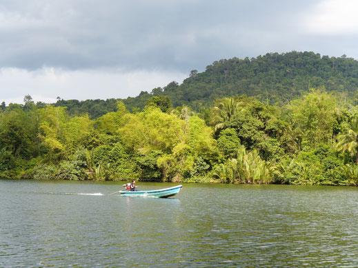 Hier geht alles, absolut alles per Boot! Preat-Fluss, bei Tatai-Wasserfall, Koh Kong, Kambodscha (Foto Jörg Schwarz)