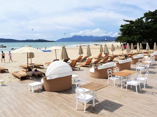Der Palmenhain ist weg, dafür darf man jetzt hier entspannen... Tengah Beach, Langkawi, Malaysia (Foto Jörg Schwarz)