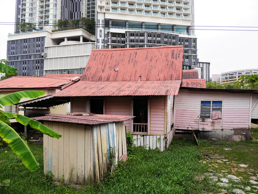 Alt und neu/modern wirken manchmal wie Welten voneinander unterschieden... Melaka, Malaysia (Foto Jörg Schwarz)