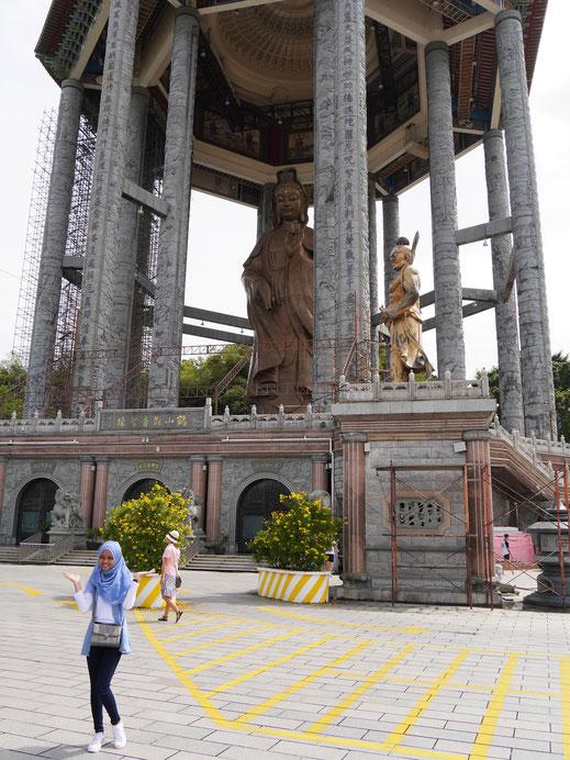 Posen vor der mit 30 m höchsten Götting der Barmherzigkeit... Penang, Malaysia (Foto Jörg Schwarz)