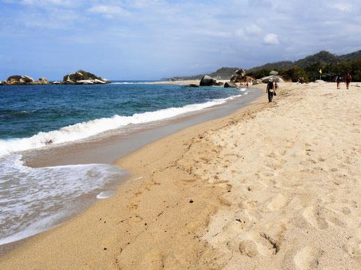 Es wird zwar flacher, aber zum Laufen auch nicht leichter am Strand... Tayrona Park,  Kolumbien (Foto Jörg Schwarz)