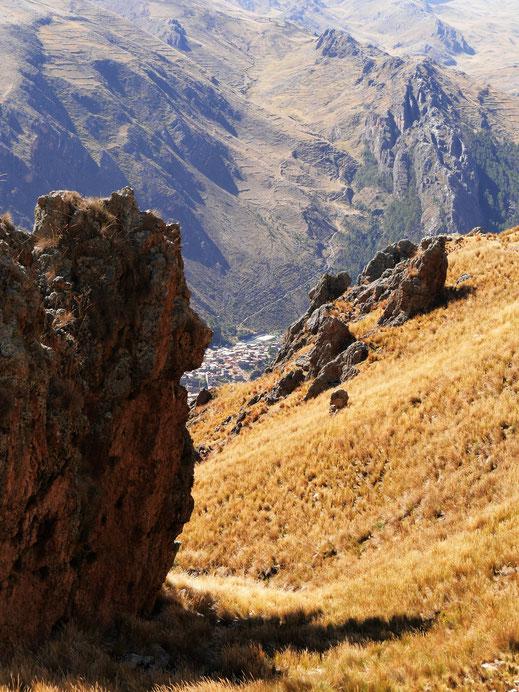 Immer wieder blickt man auf die unten auftauchende Stadt, Huancavelica, Peru (Foto Jörg Schwarz)