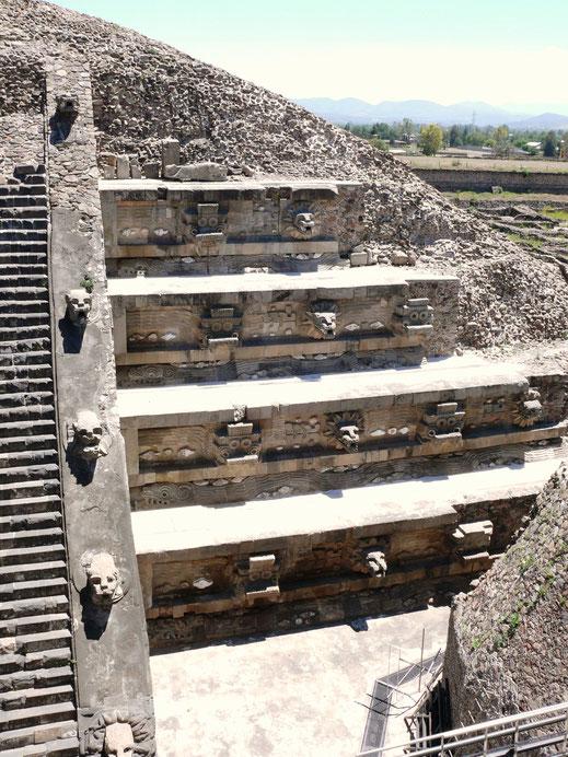 Restaurierte Details des Templo de Quetzalcóatl, unter dessen Basis noch heute spannende Entdeckungen gemacht werden (Foto Jörg Schwarz)