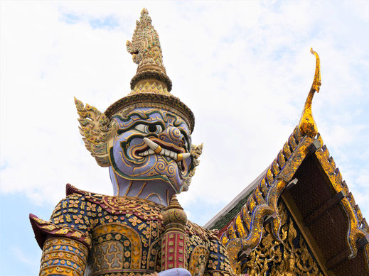 An den Ausgangstoren aus dem Tempelareal stehen diese Tempelwächter... Bangkok, Thailand (Foto Jörg Schwarz)