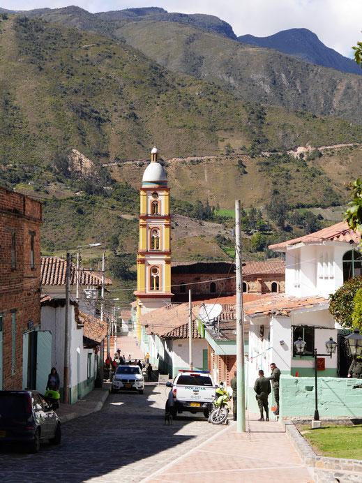 Blick auf die Stadtkirche vor den umliegenden Bergen, El Cocuy, Kolumbien (Foto Jörg schwarz)