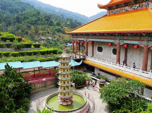 Der Tempelkomplex schmiegt sich landschaftlich reizvoll in den Berg, Penang, Malaysia (Foto Jörg Schwarz)