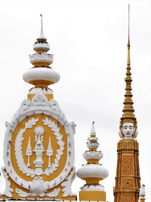 Die Spitzen des Eingangstores und der Thronhalle mit der markanten vierköpfigen Form, Phnom Penh, Kambodscha (Foto Jörg Schwarz)