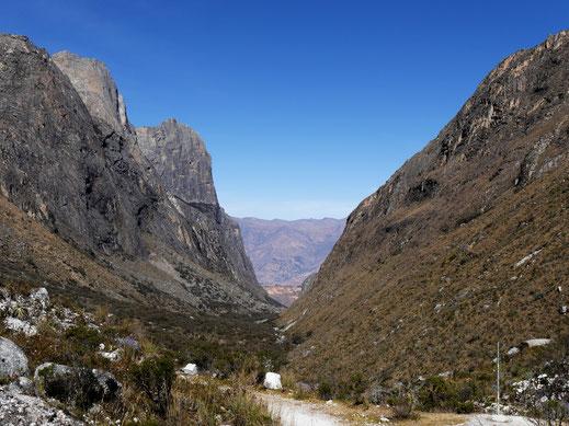 Durch diese Steilfelsen hat man sich erstmal heraufzuarbeiten, Caraz, Peru (Foto Jörg Schwarz)