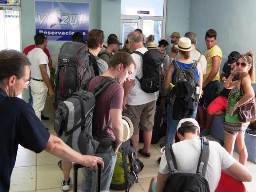 Eine Stunde bevor es los geht: Fahrkartenschalter am Busbahnhof in Cienfuegos, Kuba (Foto Jörg Schwarz)