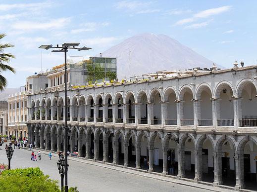 Im Hintergrund stets präsent: Der Vulkan Misti, Arequipa, Peru (Foto Jörg Schwarz)