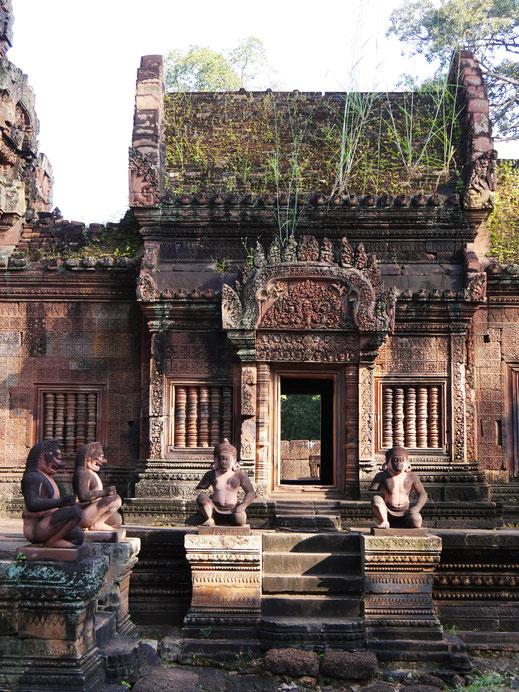 Wächterfiguren - Affen, Löwen und Garudas - sichern den Tempel ab, Banteay Srei, Kambodscha (Foto Jörg Schwarz)