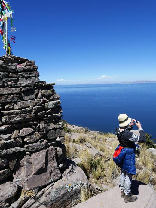Am Gipfelkreuz - zugleich eine Inkaheiligkeit, Capachica, Santa Maria, Peru (Foto Jörg Schwarz)