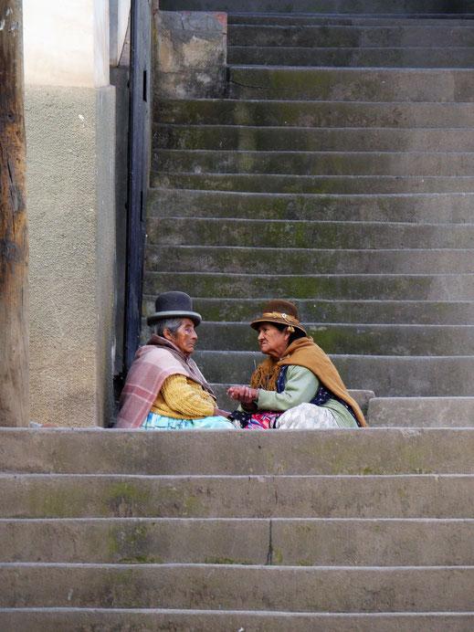 In Sorata selbst geht es ruhig und gelassen zu - Zeit für ein Schwätzchen ist immer... Sorata, Bolivien (Foto Jörg Schwarz)