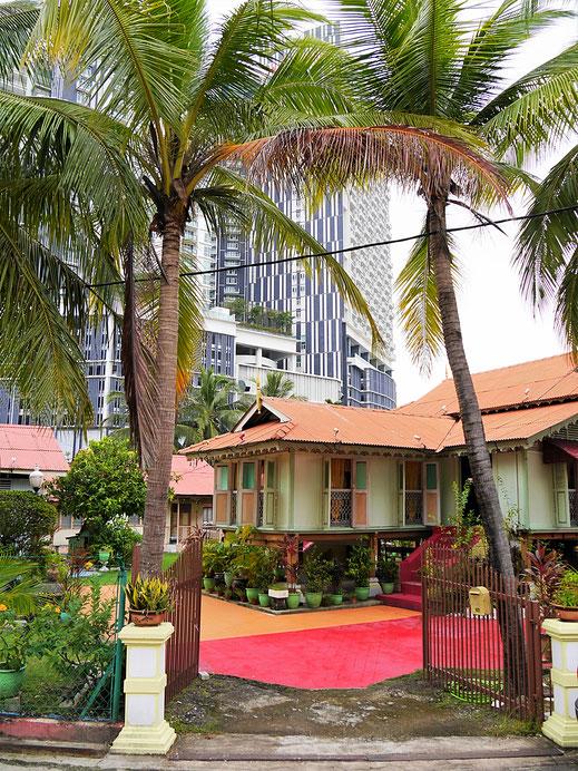"""Inmitten der Hochhaussiedlungen liegt das """"flache"""" Kampung Morten, Melaka, Malaysia (Foto Jörg Schwarz)"""