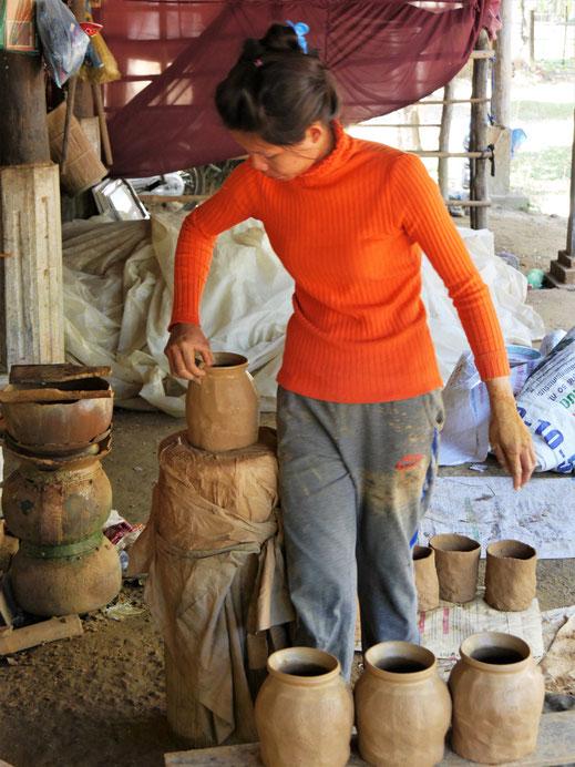 Die klassische Methode: Sie läuft permanent im Kreis und formt... Kompong Chhnang, Kambodscha (Foto Jörg Schwarz)