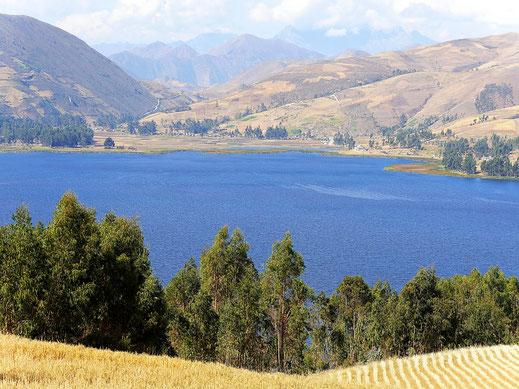 Der Blick über den Lago Pacucha auf das weit entfernte Sondor, Andahuaylas, Peru (Foto Jörg Schwarz)