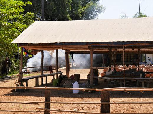 Immer wieder sehen wir Tonwerkstätten in der Gegend, Kompong Chhnang, Kambodscha (Foto Jörg Schwarz)