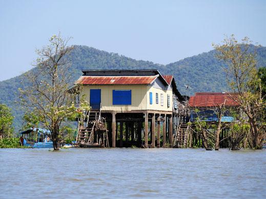 Und wenn der Flusspegel nur um einen Meter höher steigt, als die Grundlage für die Planungshöhe dieses Hauses? Kompong Chhnang, Kambodscha (Foto Jörg Schwarz)